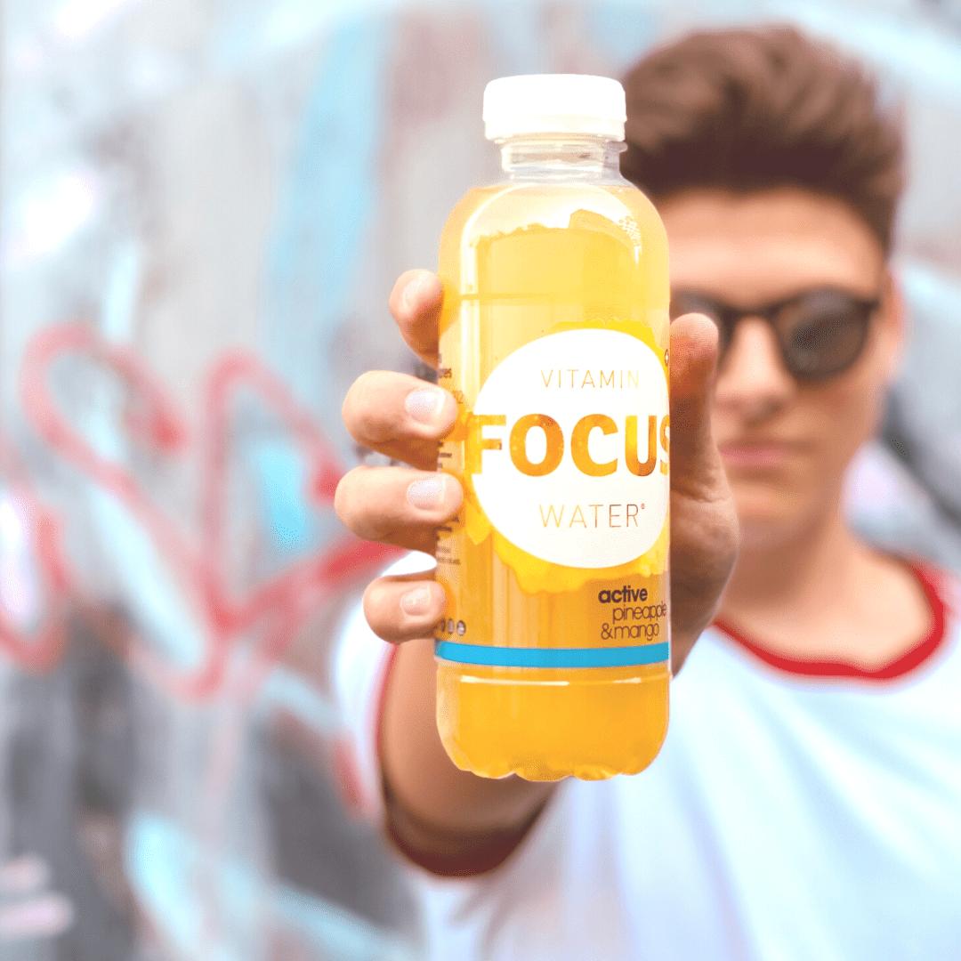 Mann mit Focuswater Flasche
